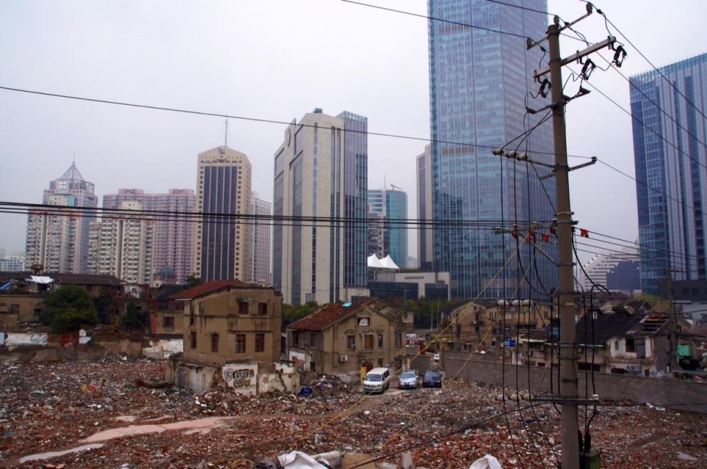 Die Schattenseite des Baubooms. Immer mehr arme Menschen ohne Obdach und trotzdem unzählige planierte Flächen mitten in der Stadt. Ein Blick hinter die Fassade.