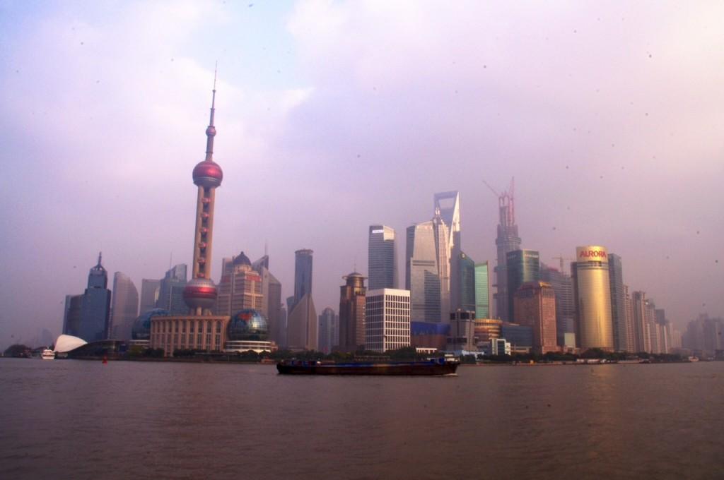 Wenn die Sonne sich durch den Smog frisst, wird die Skyline von Pudong mit dem Pearl-Tower in ein seltsames Licht gehüllt