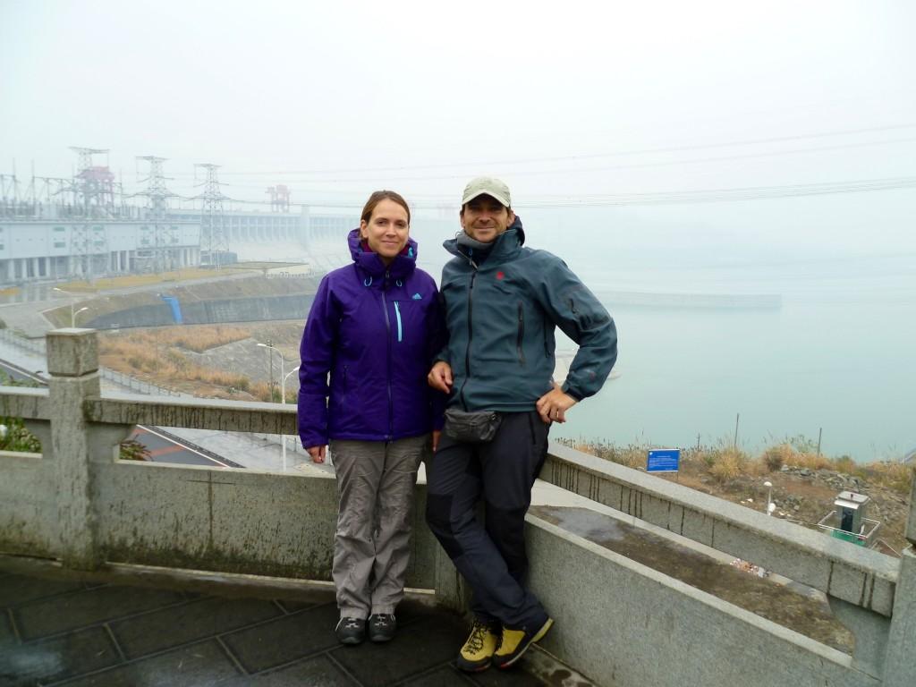 Zum Abschied vom Yangtse noch ein Foto am 3-Schluchten-Staudamm....jetzt aber schnell, in einer Stunde geht in Yichang unser Zug nach Xian.