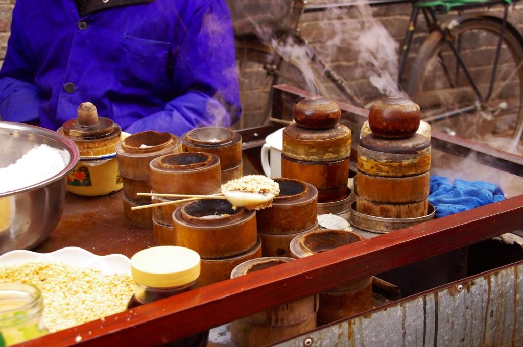 Xian: Bei Temperaturen um den Gefrierpunkt kommen die Reis-Steamer besonders gut zu Geltung. Mit reichlich Honig, Zucker, Rosenwasser und Sesamöl ein köstliches Hüftgold.