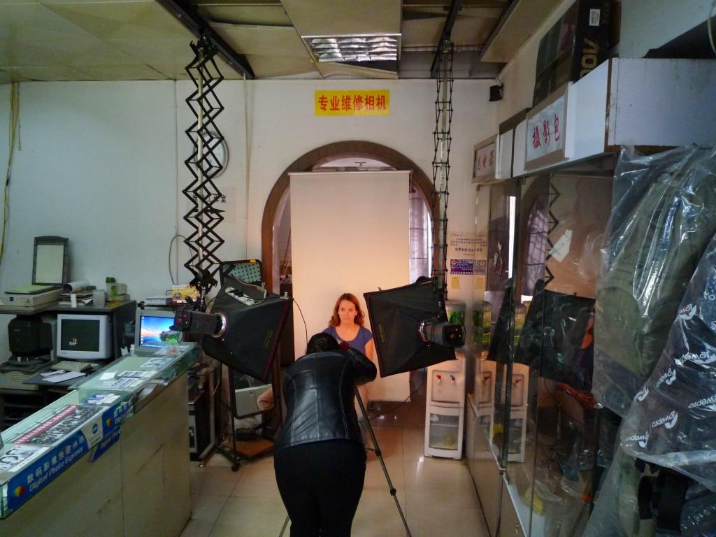 Kunming: Erst einmal ein paar korrekte Passbilder für das Myanmar-Visum. Einen weißen Hintergrund und eine helle Haut am Computer gezaubert. Dafür wird der Laden zum Fotostudio umgebaut und die anderen Kunden dürfen zuschauen.