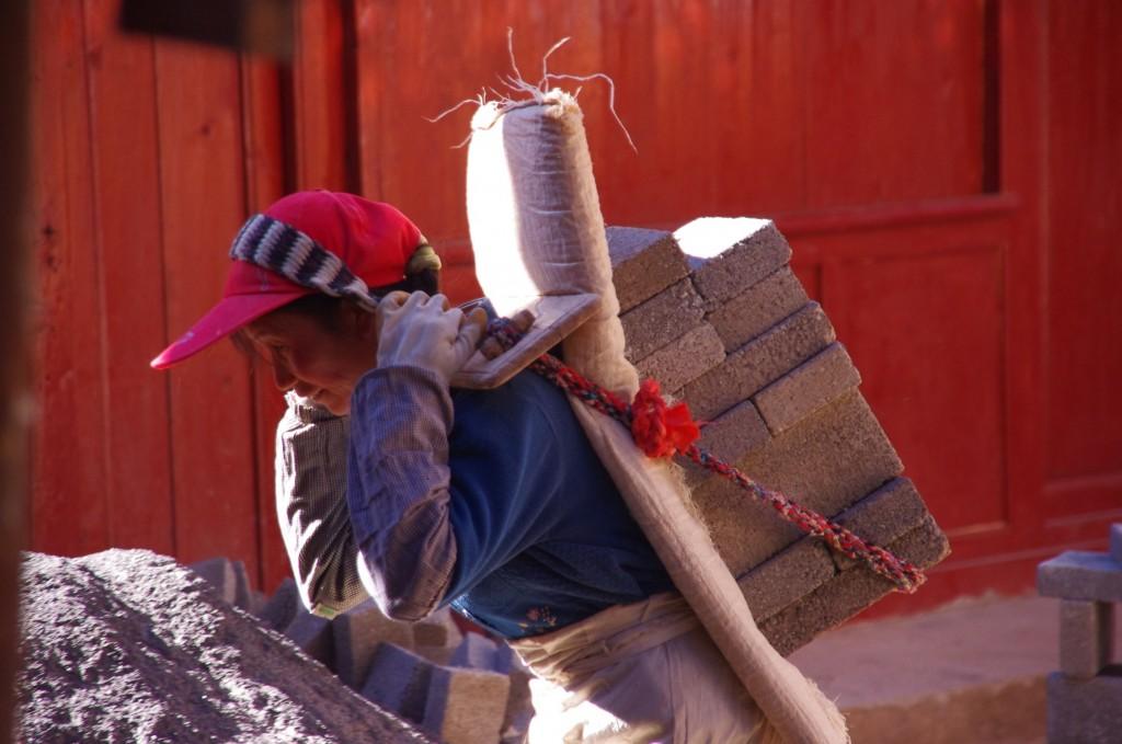 Lijiang: Hier wird deutlich, wer die meiste Arbeit beim Wiederaufbau der durch ein Erdbeben teilweise zerstörten Altstadt leistet.