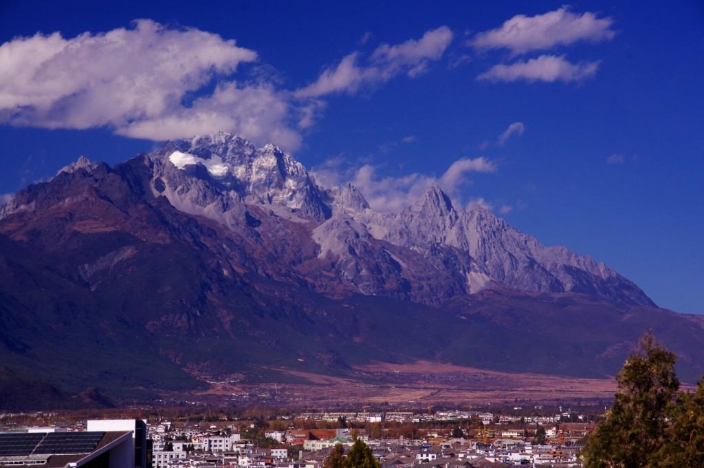 Lijiang empfängt uns bei schönem Wetter und einem toller Ausblick auf das Umland.