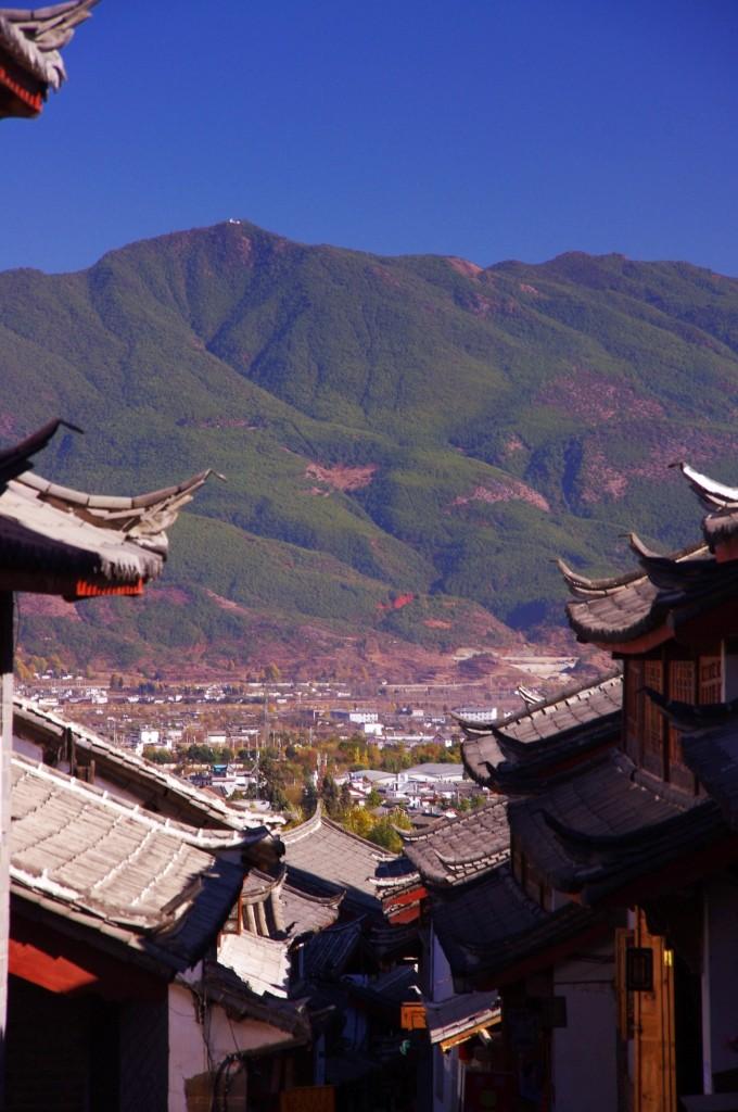 Lijiang: Ein Blick von der Altstadt auf die Neustadt.