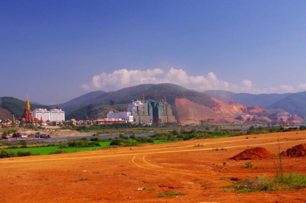 Jinhong: Der Bauboom kennt auch hier in dieser traumhaft schönen Gegend keine Grenzen und der Fluss ist schon zu einem Flüsschen gestaut worden. Da wird dann mal eben ein halber Berg abgetragen und eine Stadt mit der dazugehörigen Zufahrtsstraße gebaut. Außerdem muß ein ganzer Stadtteil samt Einwohner weichen.