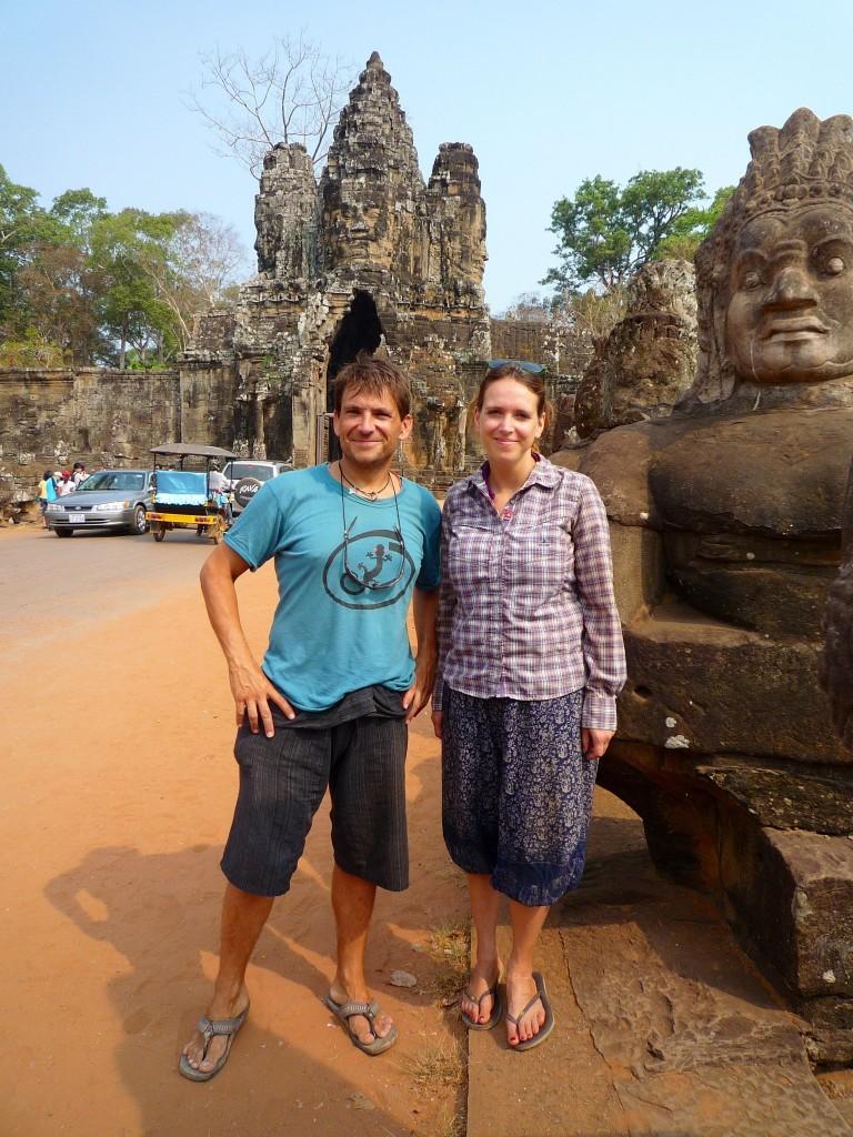 Unsere letzte kostenfreie Fahrt durch die Tempelanlage mit dem NGO-Ausweis zur Schule. Da muss nochmal ein Erinnerungsbild vor dem Haupttor von Ankor Thom geschossen werden.