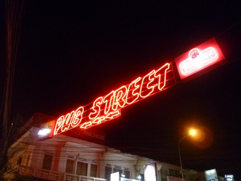 Einen krassen Gegensatz zu der ruhigen Tempelanlage am frühen Morgen bildet am Abend die Pub-Street. Jedes Kind kennt den Weg mit verbundenen Augen dorthin.