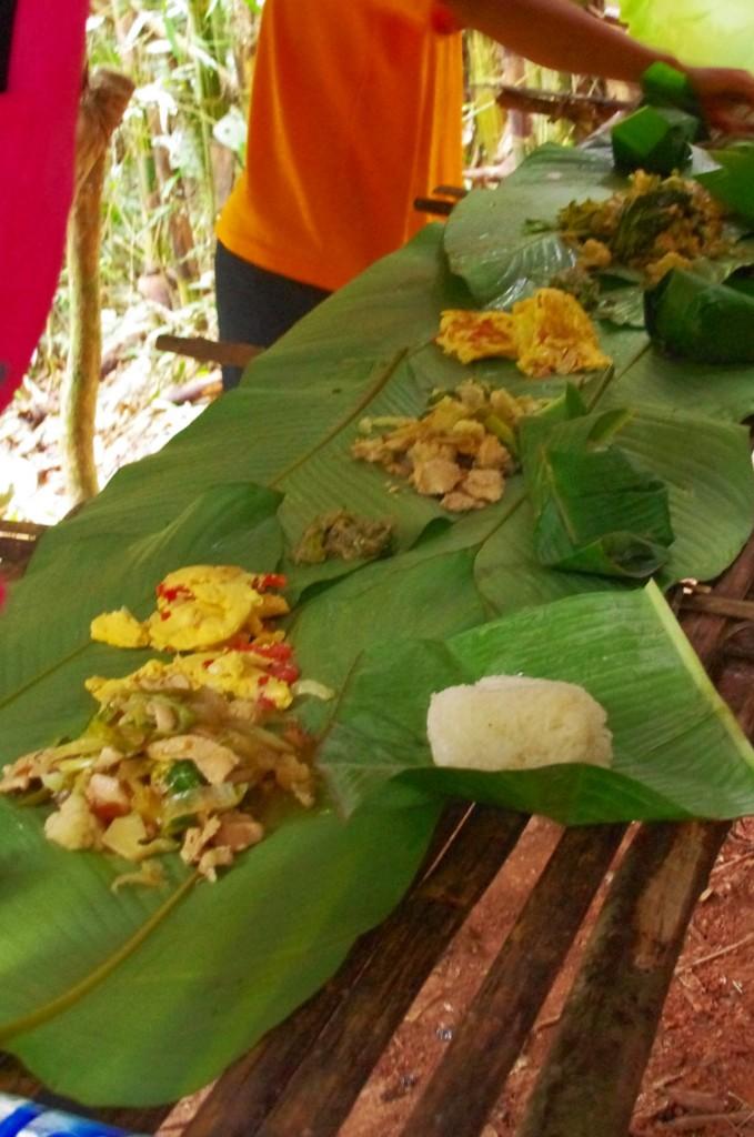Ein reichhaltig gedeckter Tisch mitten im Urwald auf Palmblättern. Mit sticky rice und den bloßen Fingern schmeckt es einfach am besten.