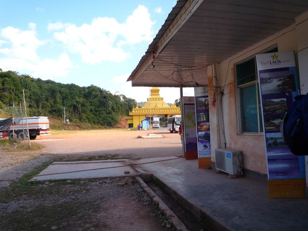 Willkommen in Laos! Im Hintergrund erkennt man die zukünftige Grenzdurchfahrt und vorne rechts die Visa-Stelle. Übrigens zahlen Amerikaner am meisten für das Visum.