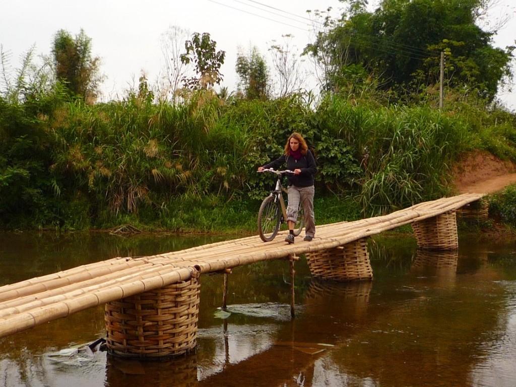 Luang Namtha: Eine kleine Mutprobe auf einer Radtour durchs Hinterland. Selbst die Einheimischen müssen ihre Mopeds schieben und das soll schon was heißen!