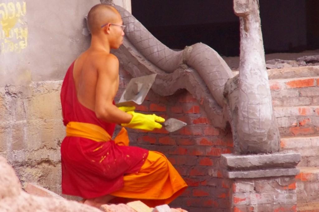 Einige Mönche können ihre früher erworbenen Fähigkeiten sehr gut in ihre neue Umgebung einbringen.