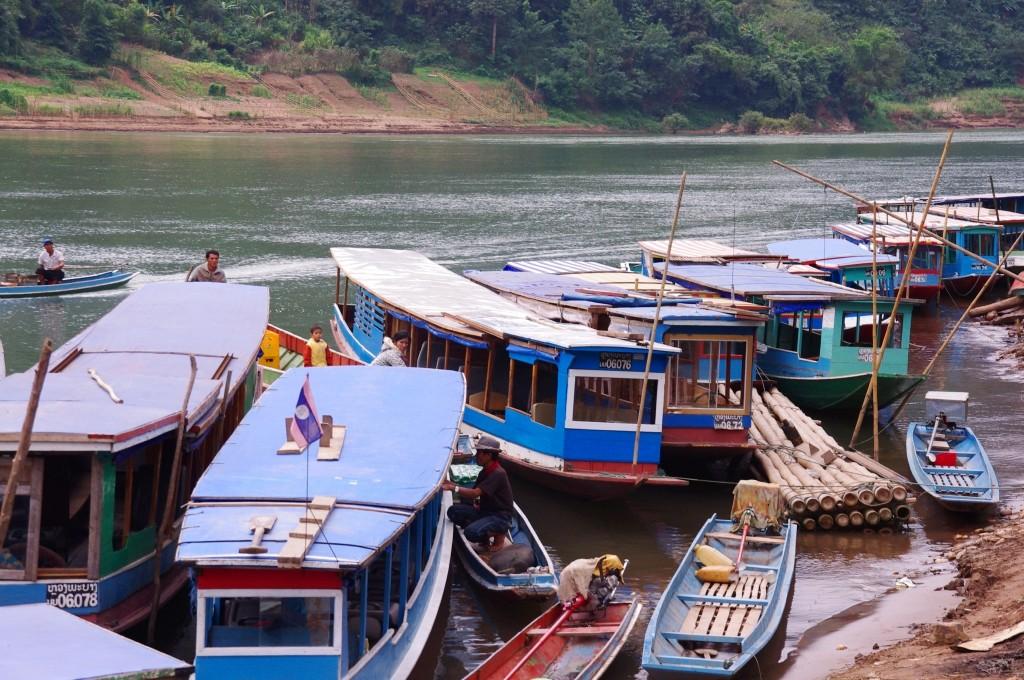 Nong Khiaw: Die Boote warten im Hafen darauf, die Passagiere entweder nach Muang Ngoi Neua oder Luang Prabang zu bringen. Wir fahren Richtung Norden nach Muang Ngoi Neua.