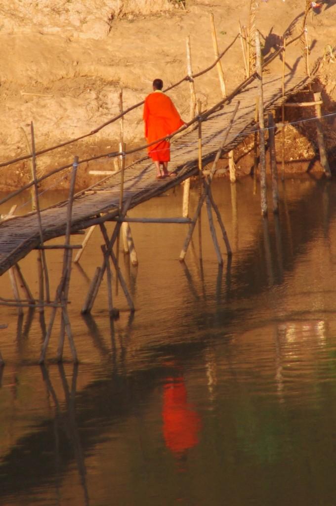 Die Bambusbrücke wird hauptsächlich von Mönchen benutzt, um zum gegenüberliegenden Wat (Kloster) zu gelangen.