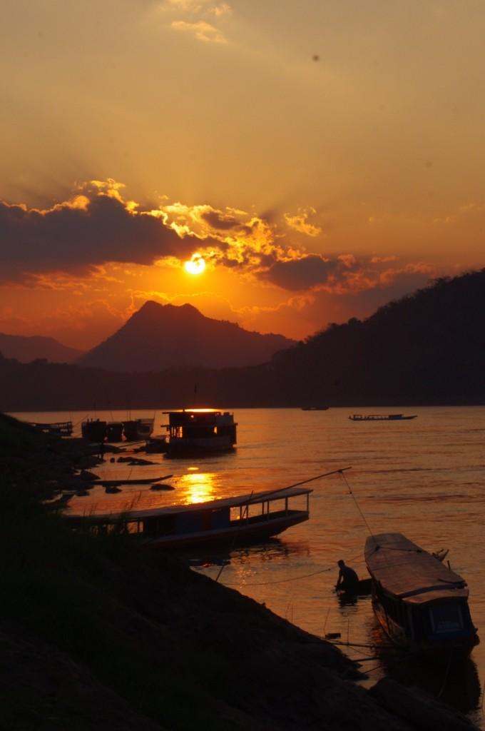 Am Abend kommen wir mit malträtiertem Sitzfleisch endlich in Luang Prabang an und werden von diesem Sonnenuntergang empfangen.