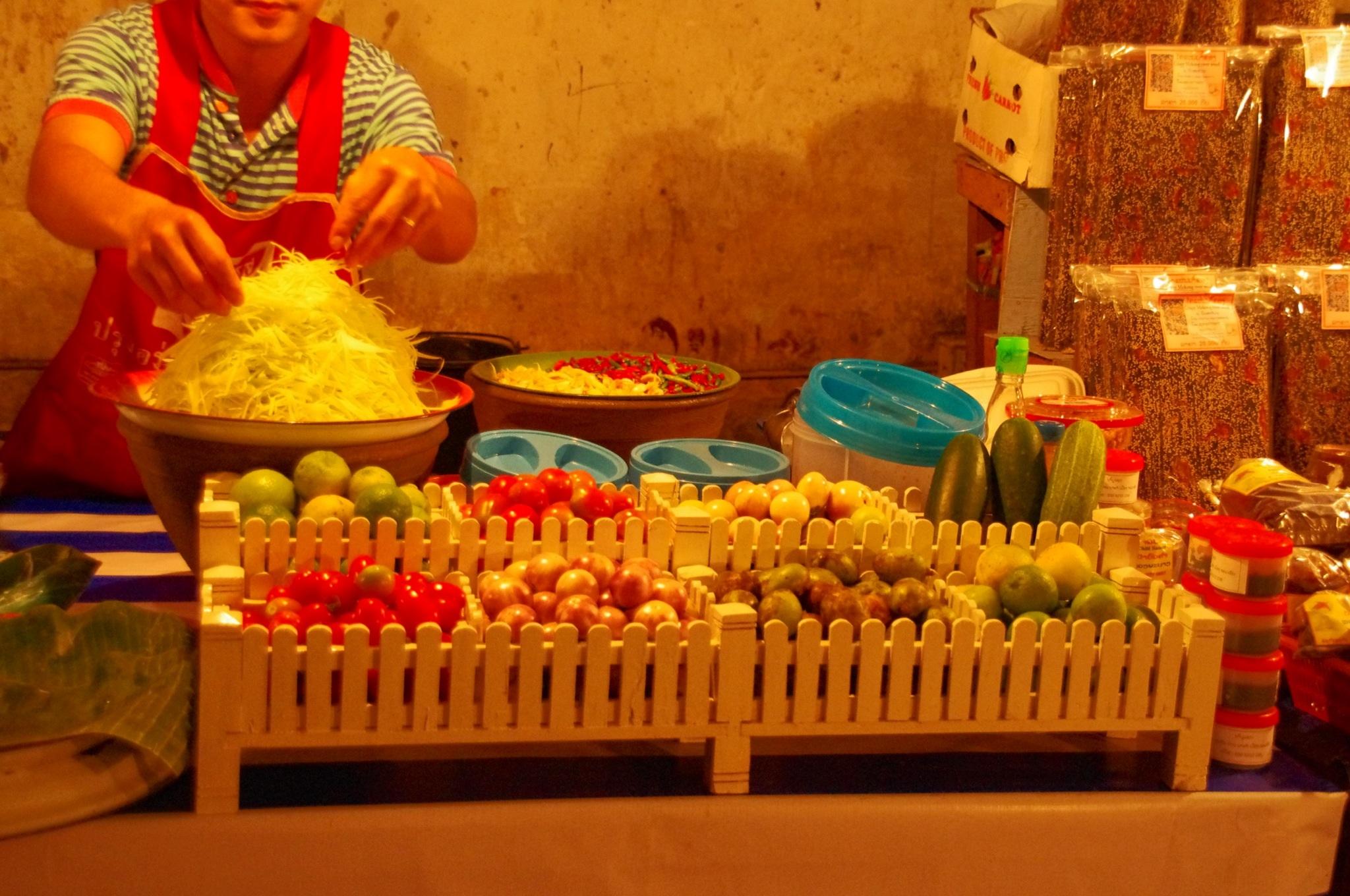 Alle Zutaten auf einen Blick für einen leckeren, scharfen und frischen Papaya-Salat
