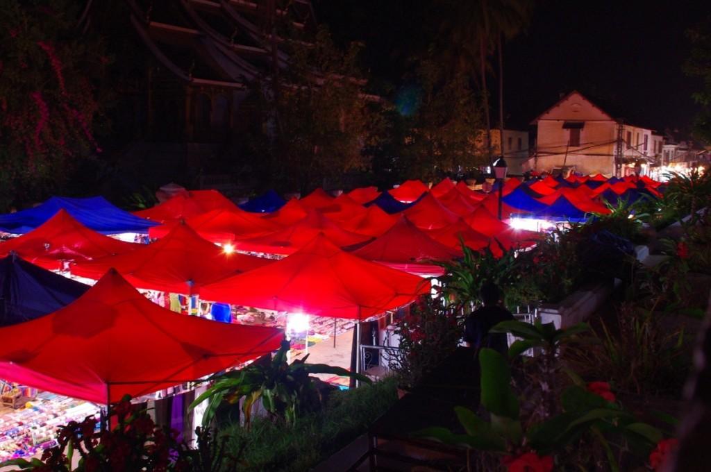 Der Nachtmarkt auf der Hauptstraße. Hier bekommt man alles was das Touristen-Herz begehrt.