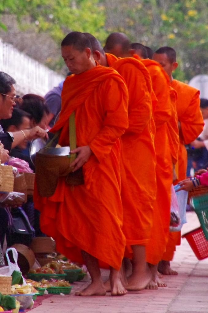 Die Mönche sammeln ihr Essen am Morgen von der Bevölkerung ein. Ein schöner Brauch, der aber leider zum Teil von den Touristen falsch verstanden wird und zum Zirkus-Auftritt avanciert.
