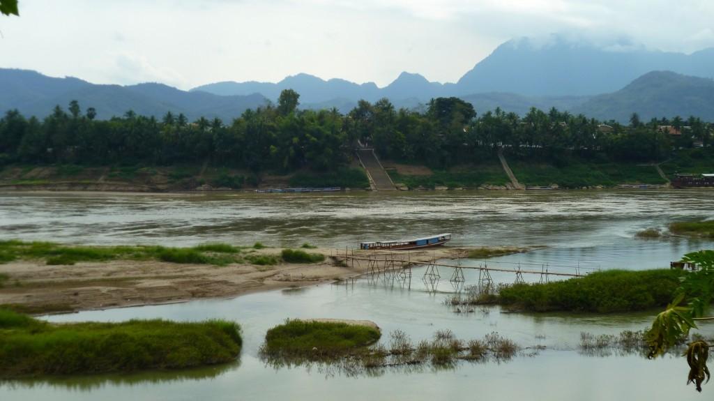 Ein Blick auf Luang Prabang von der gegenüberliegenden Flussseite.
