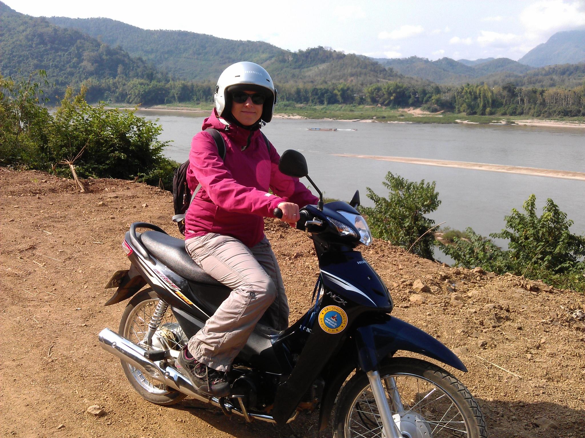 Erstes Gasgeben von Stefanie auf dem Moped: Nach einem Blitzstart auf der Sandpiste und einer geschickten Hangbremsung ohne hinzufallen geht es danach schon ganz gut.