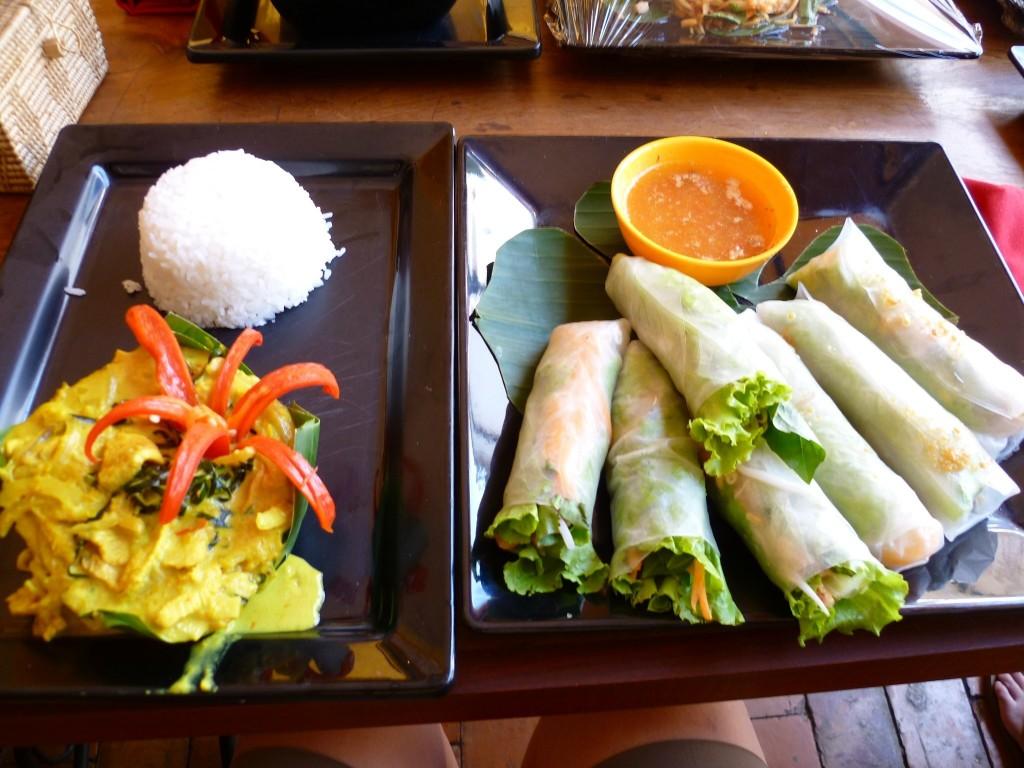 Das fertige Werk der großen Meisterin: Fresh Springrolls mit Erdnußsoße und Khmer Amok mit Huhn.