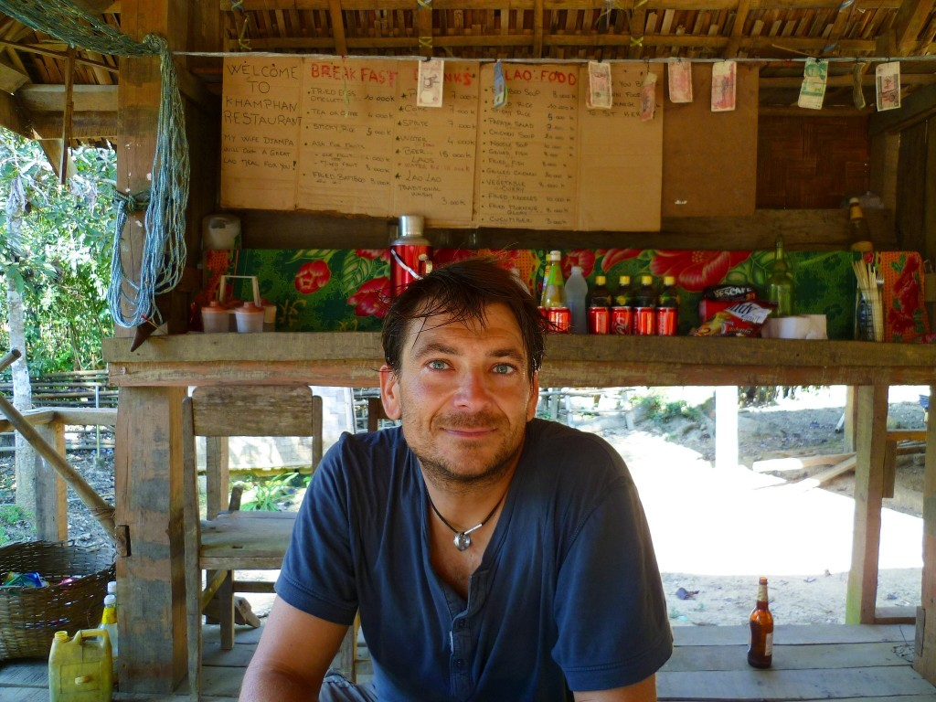 Erst mal ein Papaya-Salat. In der Bar vom alten Khamphan im Nirgendwo am Rande des Hohe Chi Minh Pfades bekommen wir auch einen selbstgebrannten hornhautfarbenen Lao Lao Whisky. Es war der beste, den wir in Laos bekommen haben.