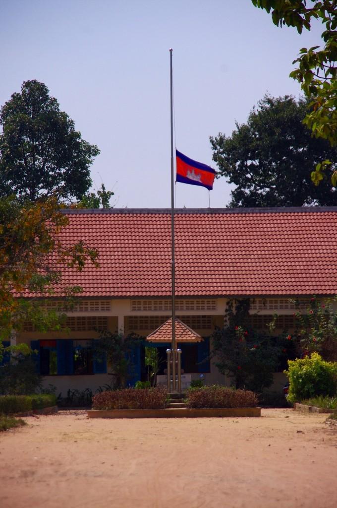 Die Schulflagge hängt zu Ehren der Kremierung des ehemaligen Königs auf Halbmast.