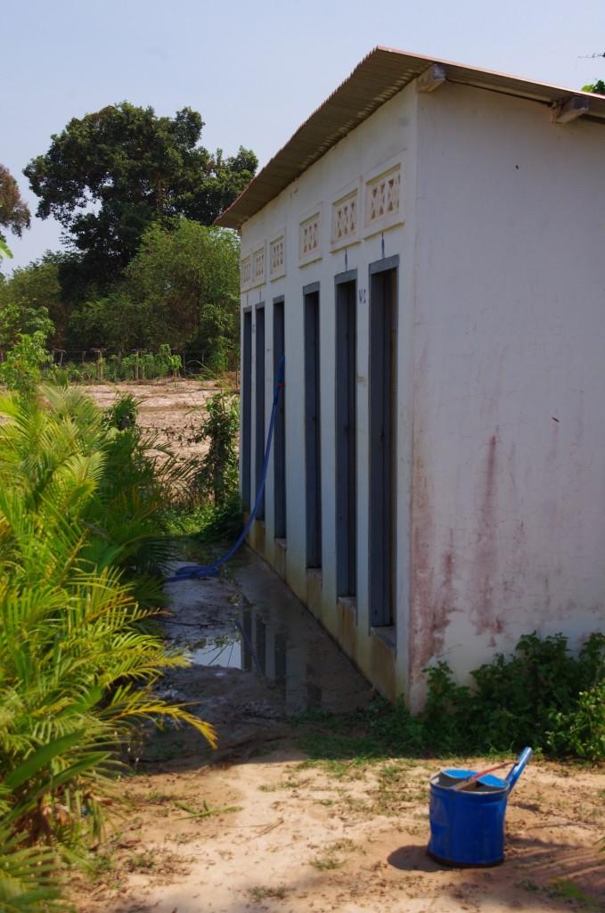 Das Toilettenhaus der Schülerinnen und Schüler hinter dem Hauptgebäude.