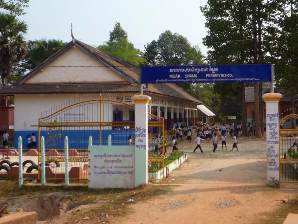 """Die Peak Sneng Primary School, die der Verein """"Hilfe für Kinder in Kambodscha"""" Dank einiger Sponsoren ebenfalls unterstützt, etwa beim Bau eines neuen Gebäudes."""