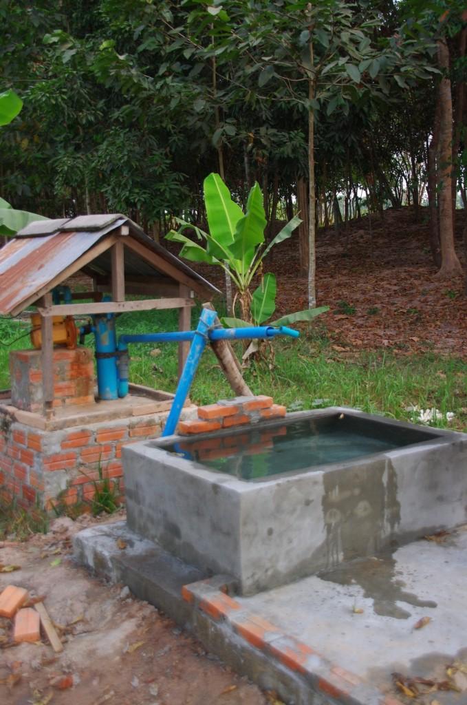 Die neue Wasserstelle, die nun zusätzlich Wasser für die Toiletten und der Küchenbereich bereitstellen soll. Gerade wenn die Stromversorgung für die Pumpe nicht ausreicht eine notwendige Erweiterung.