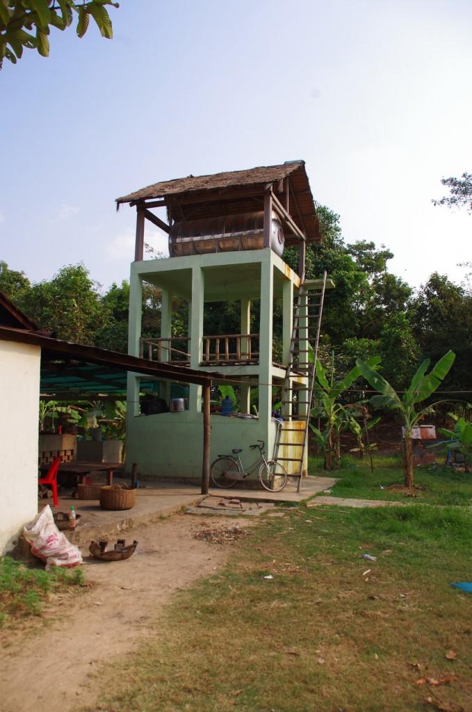 Der hintere Küchenbereich mit dem Turm für den Wasserspeicher um das notwendige Gefälle gewährleisten zu können.