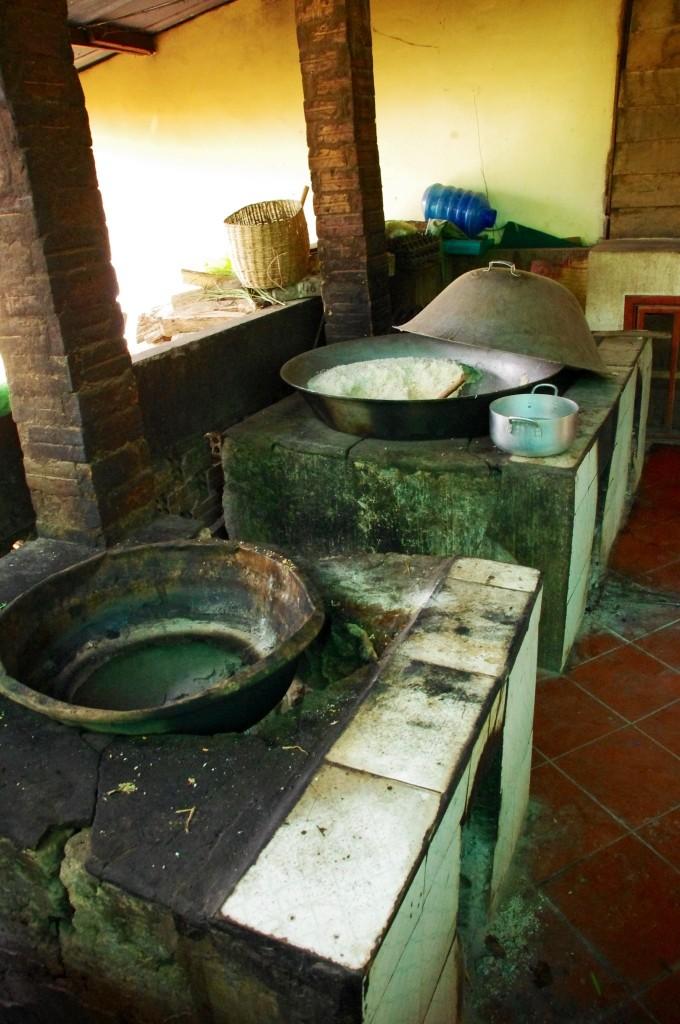Die beiden großen mit Holz betriebenen Kochstellen. Das Essen ist lecker und bekommt von uns durchweg gute Noten.