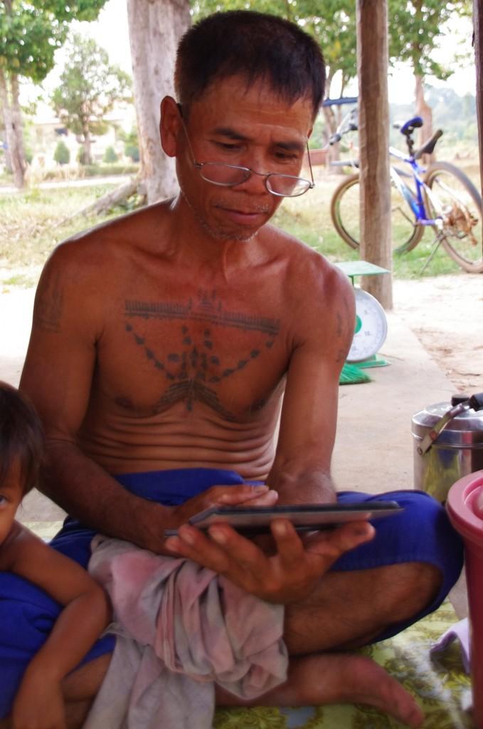 Wir zeigen unsere Familienfotos und Fotos von Freunden, Deutschland, Schnee und Bergen. Für Mr. Savourn, der bis jetzt nie aus Kambodscha raus kam, Bilder aus einer anderen Welt und besonders Schnee und Berge interessieren ihn sehr.