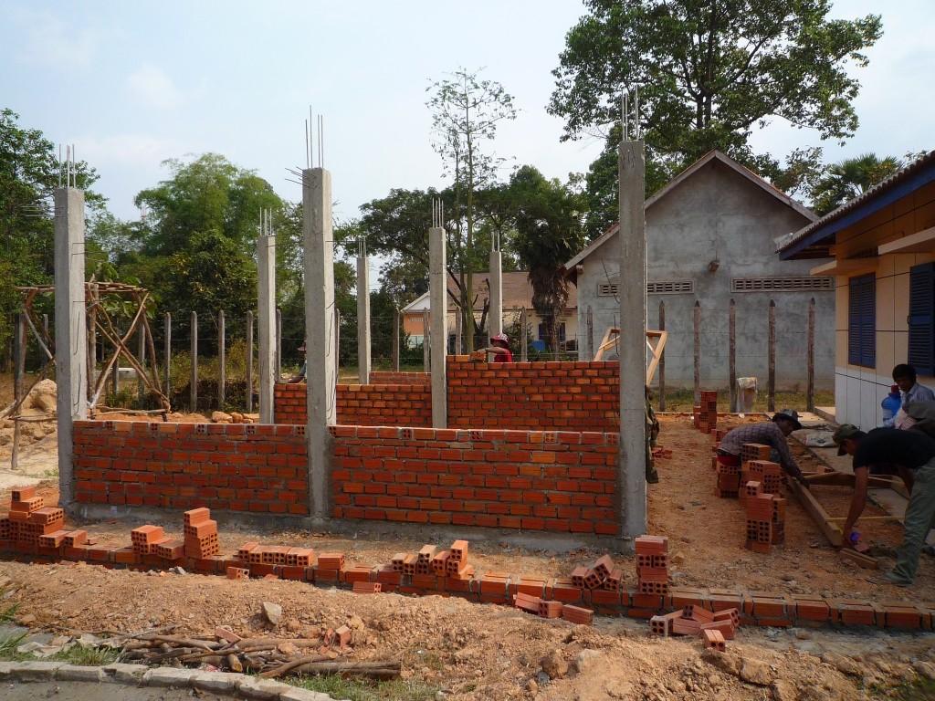 """Der von """"Hilfe für Kinder in Kambodscha"""" gesponserte Neubau eines Notfallraumes im örtlichen Health Center geht voran, hier gerade mal 3 Wochen nach Vertragsunterzeichnung und einer handgemalten Skizze. So schnell kann es gehen, wenn die Notwendigkeit gegeben ist und die entsprechenden Mittel zur Verfügung stehen."""