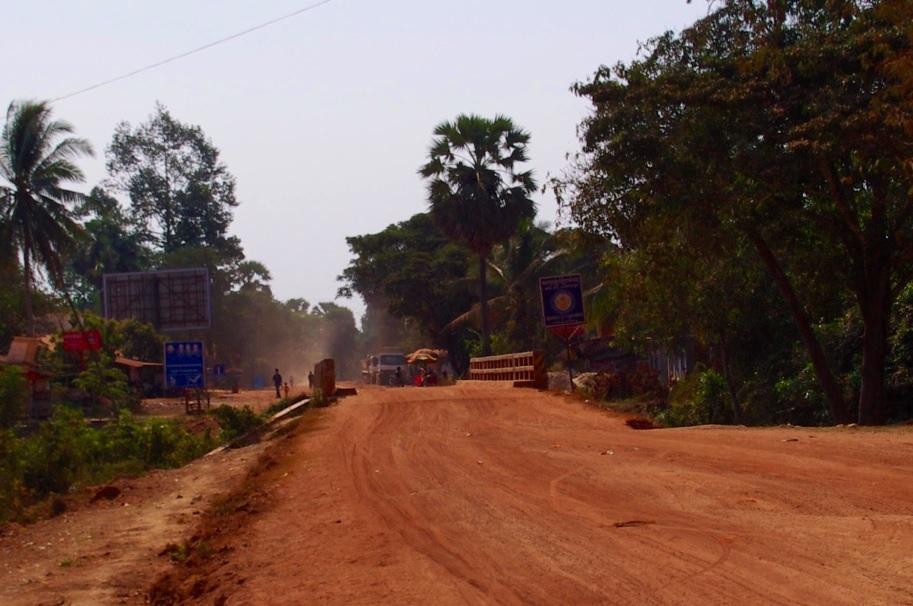 Der Ortsausgang von Peak Sneng. Von hier aus sind es noch fünf Minuten Sandpiste bis zur Angkor Thom Junior High School.