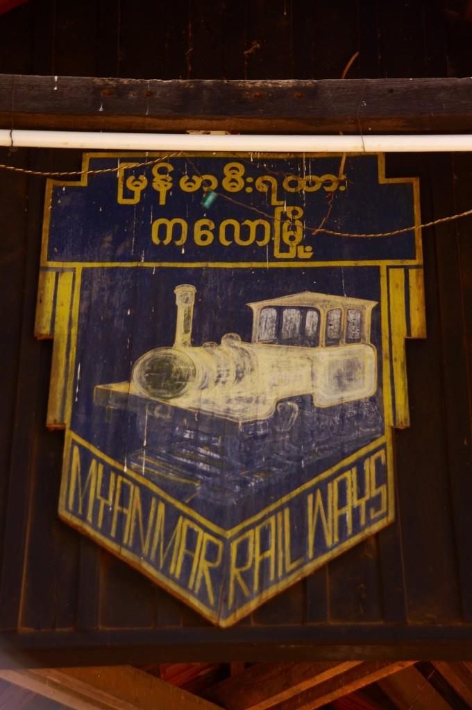 """Dieses schöne Schild hängt über dem Bahnhof von Kalaw. Es zeigt ganz gut den allgemeinen Zustand der """"Myanmar Railways"""""""