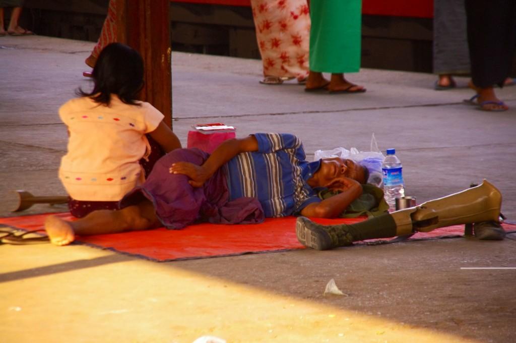 Mandalay: Die Bahnhöfe dienen vielen Menschen als Lebenraum. Nachts legen sich die Obdachlosen in und unter die Züge. Viele leben auf den Bahnsteigen, da dort Schutz vor Sonne und Regen gewährleistet ist. Die Armut zeigt sich hier, wie in vielen Städten der Erde sehr stark und gerade durch diejenigen, die sich die Reisen leisten können besonders kontrastreich.
