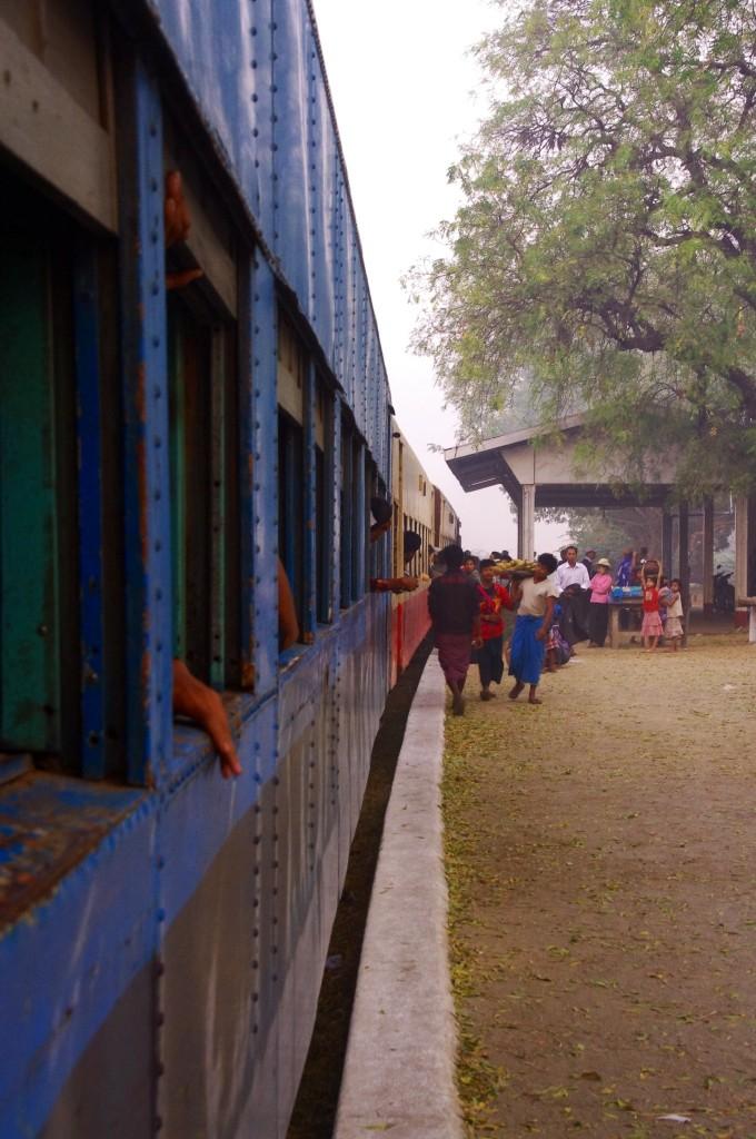 Ein Bahnhofsstopp zwischen Kalaw und Shwe Nyaung.