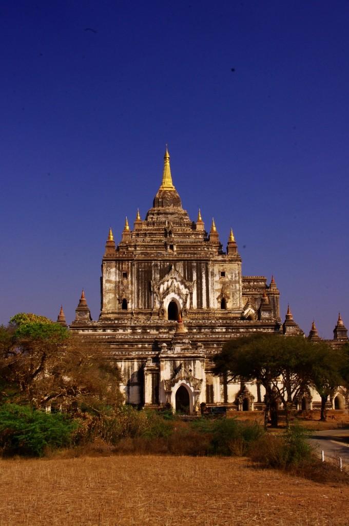 Bagan: Viele schöne Tempel lassen sich auch sehr gut mit dem Fahrrad erreichen. Bei 42 Grad im Schatten allerdings auch eine sehr schweißtreibende Angelegenheit.