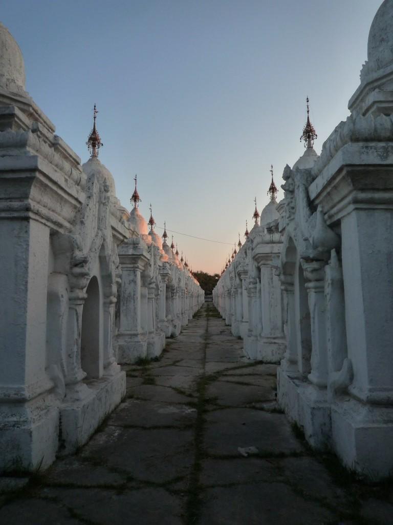 Mandalay: Rund um die Kuthodaw-Pagode findet man das größte Buch der Welt. In 729 kleinen Stupas, welche auf dem gesamten Gelände rechtwinklig ausgerichtet aufgestellt sind, befinden sich die einzelnen Seiten in Form von beschriebenen und behauenen Steintafeln.