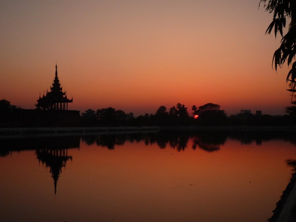 Mandalay: Sonnenuntergang mit Blick auf die Palast-Insel