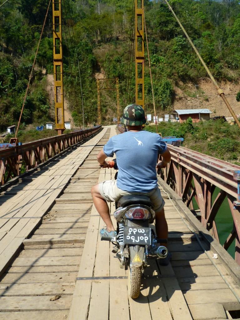 Namshan: Eine sehr schöne Brückenüberfahrt mitten im Irgendwo. Diese einspurige Straße ist übrigens eine der Hauptstrecken im nördlichen Shan-Staat.