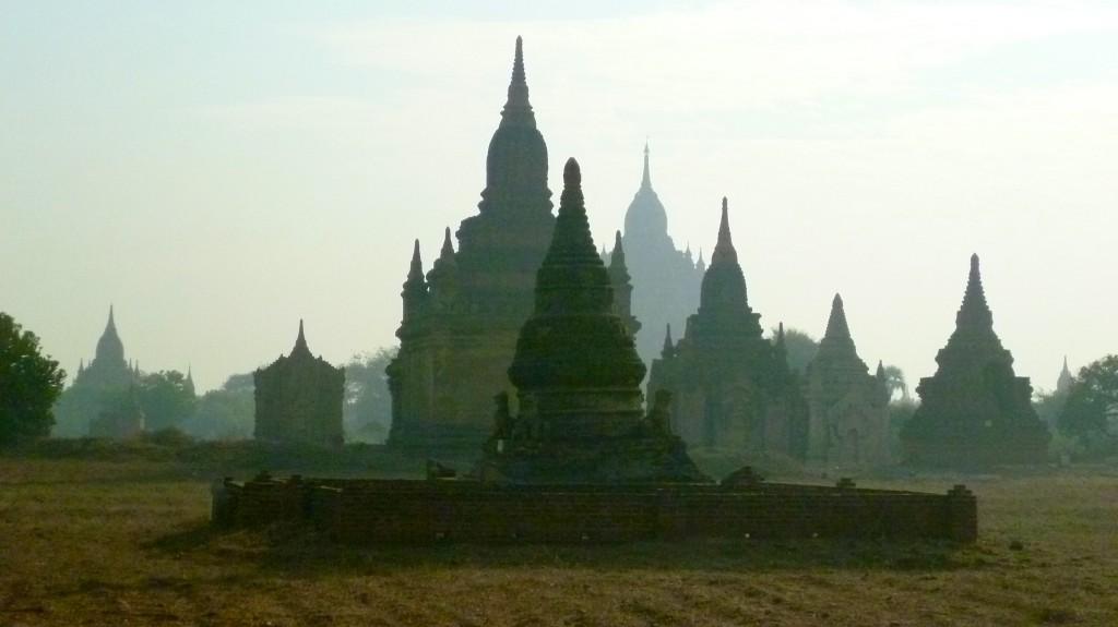 Bagan: Ein diesiger Blick auf die Haupttempel zwischen Bagan und Nyaung U.