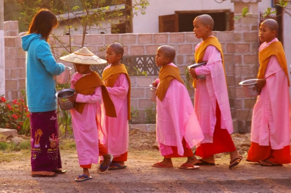 Zurück in Hsipaw: Die jungen Nonnen sammeln morgens von der Bevölkerung ihre Speisen für den Tag ein.