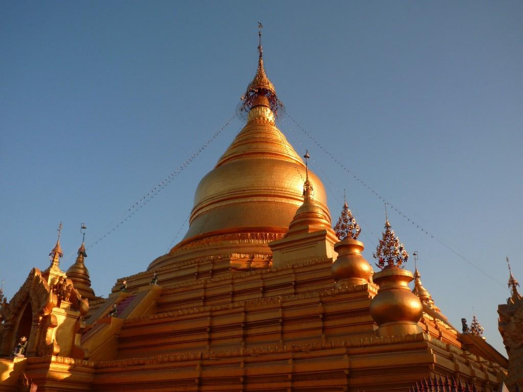 Mandalay: Die Kuppel der Kuthodaw-Pagode im Nachmittagslicht