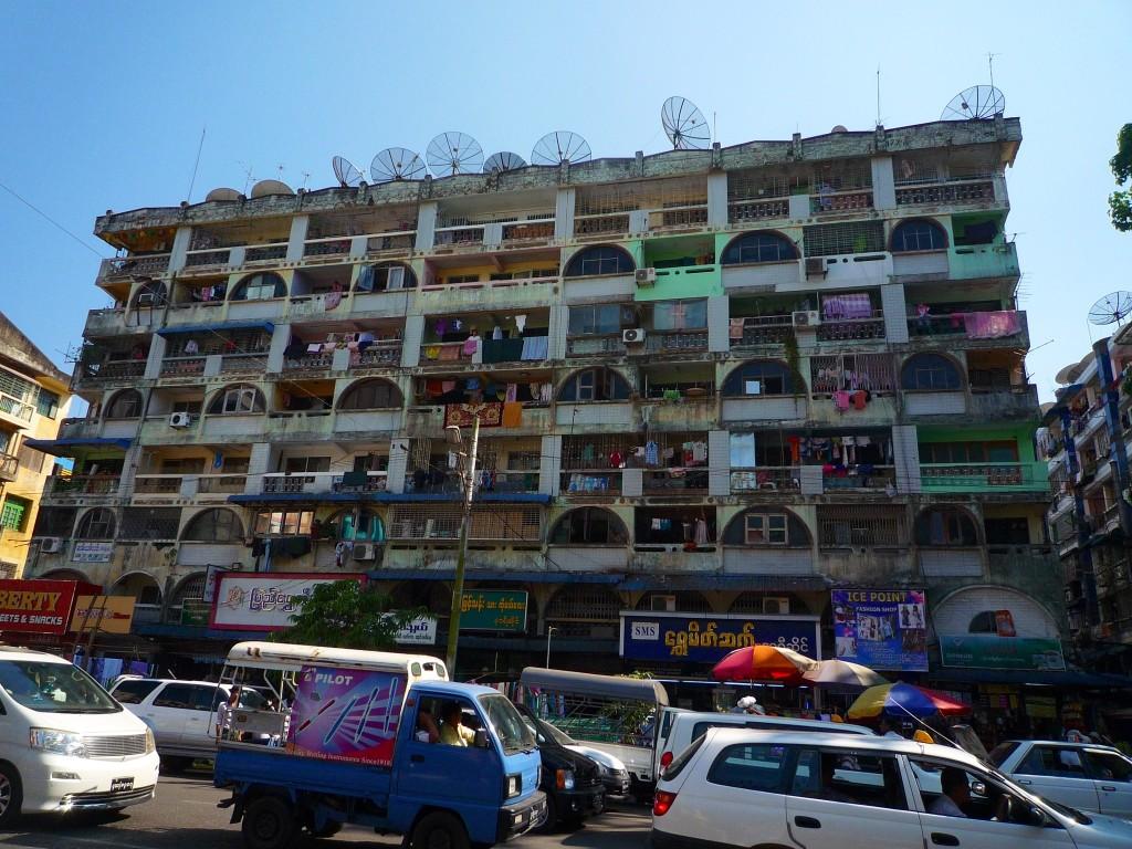 Yangon: Ob Istanbul, Tunis oder Yangon. Solche Häuser haben irgendwie Charme und strahlen etwas Lebendiges aus.