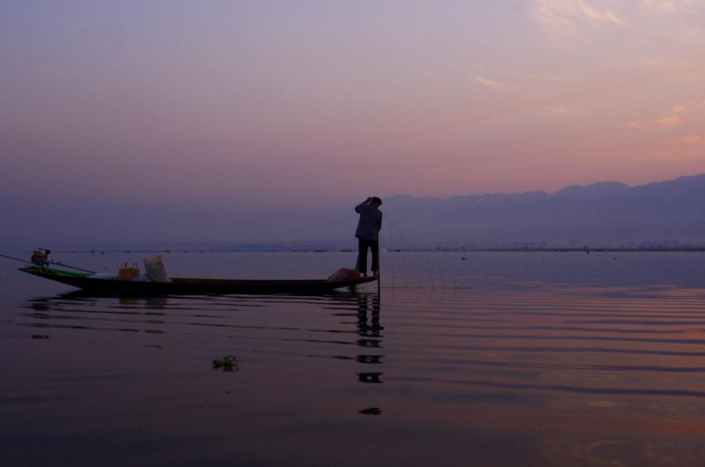 Inle-See: Früh morgens beginnen die Fischer ihre Netze einzuholen, um sie für den Vormittag nochmal auswerfen zu können.