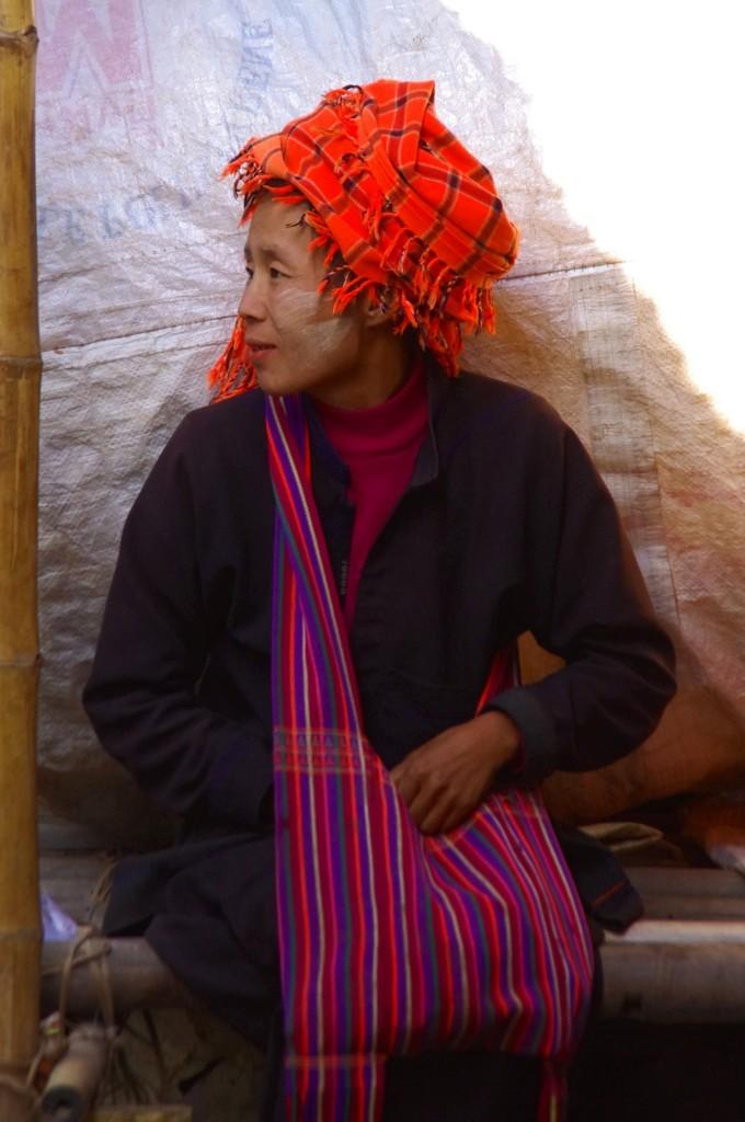 Inle-See: Eine Angehörige des Stammes der Pa-O, einem Bergvolk im südlichen Shan-Staat, bei Einkauf auf dem Markt.