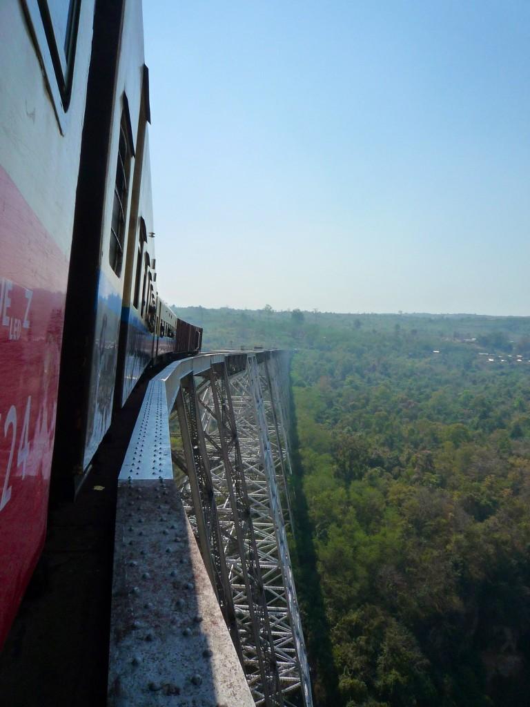 Gokteik viaduct: Von hier oben hat man einen tollen Ausblick und man vergisst beinahe, dass der Zug und die Schienen ihre besten Tage schon hinter sich haben. Erst am Ende der Brücke kommen Themen wie Wartung und Instandhaltung wieder problemlos über die Lippen.
