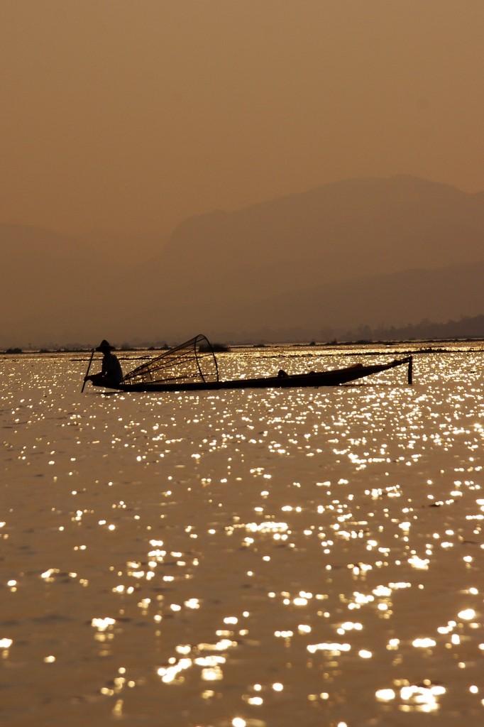 Ein Inle-See-Fischer fährt zum Nachtfischen hinaus.