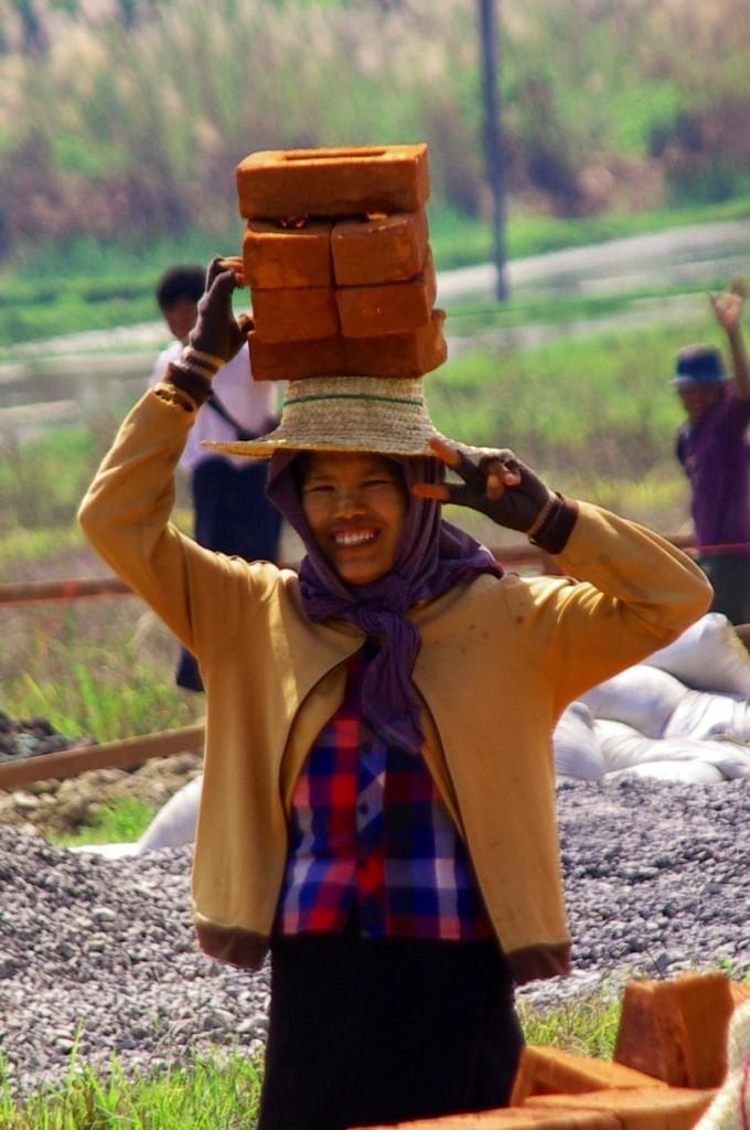 Rund um den Inle-See ist es wie fast überall in Indochina - die Frauen übernehmen einen großen Teil der schweren Arbeiten. Dabei sind sie natürlich für eine kleine Ablenkung in Form eines Foto-Shootings gerne zu haben.